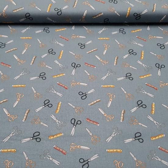 Tela Algodón Tijeras y Cintas Métricas - Original y bonita tela de algodón con dibujos de tijeras de coser y cintas métricas de varios modelos. Una tela 100% algodón ideal para creaciones Patchwork y otros complementos y decoraciones. La tela está disponi