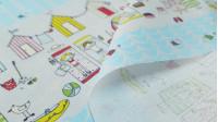 Tela Algodón Casetas Playa - Tela de algodón de temática veraniega con dibujos de casetas de playa de colores, niñas y niños en toallas, pelotas, sombrillas... y unas franjas que se repiten simulando el mar con pececitos de color azul celeste. L