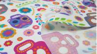 Tela Algodón Calaveras Mexicanas Floral - Tela de algodón impresión digital con dibujos de preciosas calaveras mexicanas con gran colorido y decoración floral sobre un fondo de color blanco. La tela mide 140cm de ancho y su composición 100% algodón.