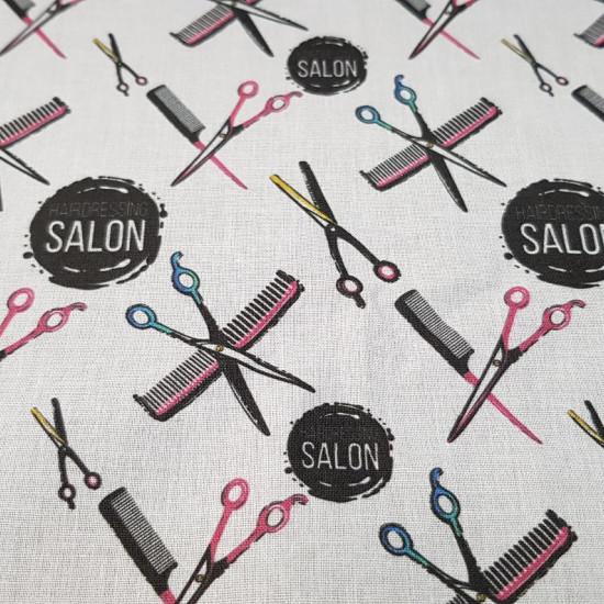 Tela Algodón Peluquería Salón - Tela de algodón empesa estampación digital con dibujos de temática peluquería con tijeras y peines de colores sobre un fondo blanco. La tela mide 140cm de ancho y su composición 100% algodón.
