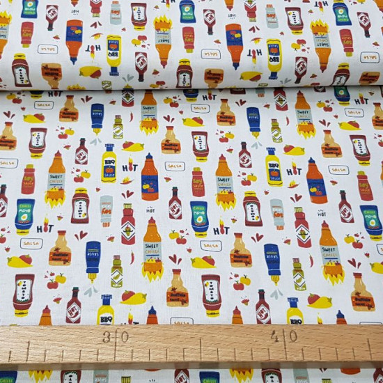 Tela Algodón Salsas Picantes - Tela de algodón orgánica con dibujos de envases de salsas picantes como tabasco, salsa barbacoa, entre otras... sobre un fondo blanco. La tela mide 150cm de ancho y su composición 100% algod&oacu