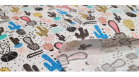 Tela Algodón Cactus y Geometría - Tela de algodón con dibujos de catus en macetas de varios tamaños y colores combinando con trazos,triángulos y líneas en color negro. La tela mide 150cm de ancho y su composición 100% algodón.
