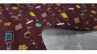 Tela Algodón Copas de Vino - Tela de algodón orgánico con dibujos relacionados con el mundo del vino, donde aparecen dibujos de copas de cristal, racimos de uvas, sacacorchos... sobre un fondo de color rojo oscuro. La tela mide 150