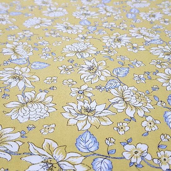 Tela Algodón Flores Blancas - Preciosa tela de algodón con dibujos de flores blancas sobre fondo amarillo mostaza. Los detalles del tallo son en color azúl grisaceo. Tela ideal para confecciones y creaciones Patchwork y vestidos con toques floral