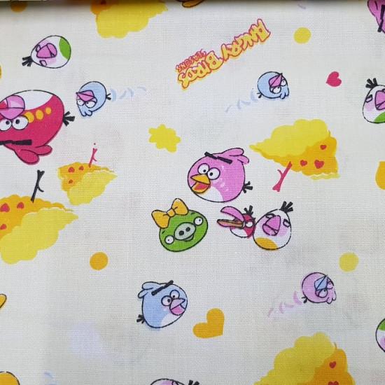 Tela Algodón Angry Birds - Divertida tela de algodón con los dibujos del videojuego Angry Birds y corazones de colores sobre un fondo amarillo claro. La tela mide 160cm de ancho y su composición 100% algodón.