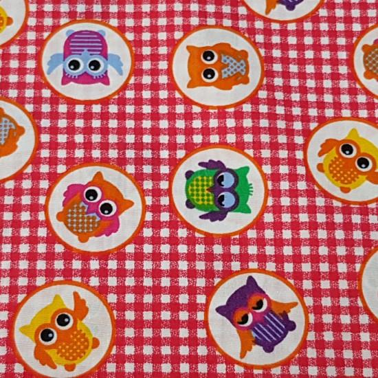 Tela Algodón Búhos Cuadritos - Preciosa y divertida tela de algodóncon dibujos de búhos de colores en círculos blancos sobre un fondo de cuadritos tipo vichy de color rojo. La tela mide 150cm de ancho y su composición 100% algodón.