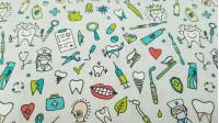 Tela Algodón Dentista - Tela de algodón muy divertida con dibujos de dientes, cepillos, bocas, muelas... de temática dentista sobre un fondo gris. Ideal para batas, gorros, bolsas y otros complementos... La tela mide 150cm de ancho y su com