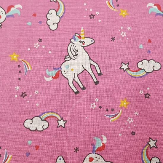 Tela Algodón Unicornios Arcoiris - Tela de algodón infantil con dibujos de unicornios, nubes con arcoiris y estrellas sobre un fondo fucsia. La tela mide 150cm de ancho y su composición 100% algodón