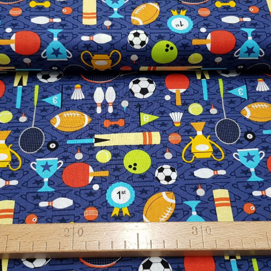 Tela Algodón Día de Deportes - Tela de algodóncon dibujos de temática deportiva donde aparecen pelotas de fútbol, pelotas de rugby, tennis, raquetas…sobre un fondo donde predomina el color azul oscuro. Tela del fabricante Fabric Palette. La