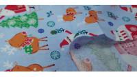 Tela Algodón Navidad Noel Autocaravana - Tela de algodón navidad ancho americano con dibujos de papá noel decorando el árbol de navidad, autocaravanas decoradas, renos y otros elementos navideños sobre un fondo azul. La tela mide 110cm de ancho y su compo