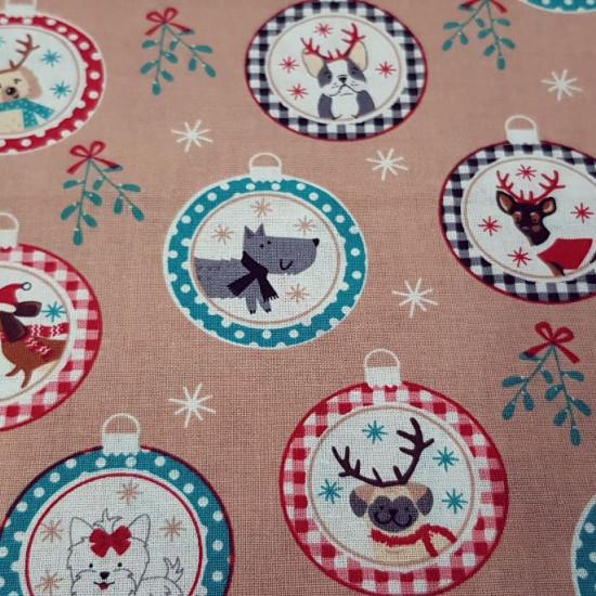 Tela Algodón Navidad Perruna Adornos - Tela de algodón navidad ancho americano con dibujos de adornos navideños con perritos graciosos dentro de bolas. La tela mide 110cm de ancho y su composición 100% algodón