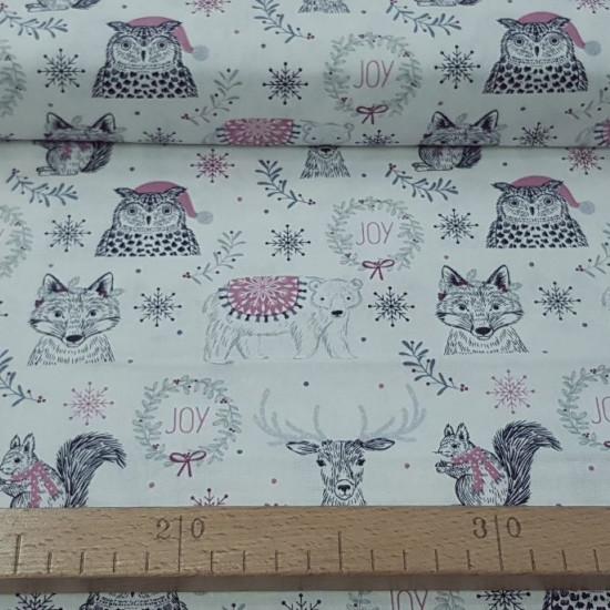Tela Algodón Navidad Bosque Animales - Tela de algodón navidad ancho americano con dibujos de animales y adornos sobre un fondo claro. La tela mide 110cm de ancho y su composición 100% algodón.