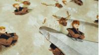 Tela Algodón Disney Frozen 2 - Tela de algodón digital Disney con los personajes Kristoff y Sven de la película Frozen 2 en un fondo de color arena con árboles blancos. La tela mide 110cm de ancho y su composición 100% algodón.