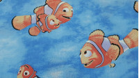 Tela Algodón Disney Buscando a Nemo - Tela de algodón infantil con el personaje Nemo y Marlin,de la película Disney Pixar Buscando a Nemo sobre un fondo azul. La tela mide 160cm de ancho y su composición 100% algodón.