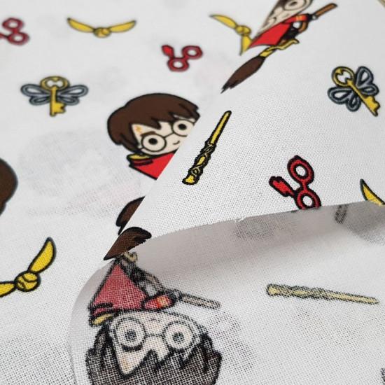 Tela Algodón Harry Potter Estilo Kawaii - Tela de algodón con dibujos estilo Kawaii, donde aparece la caricatura del personaje Harry Potter subido en su escoba voladora. También aparecen objetos como el snitch dorado, varitas mágicas, las gafas con el ray