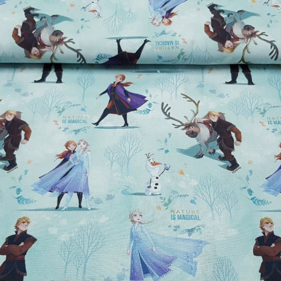 """Tela Algodón Disney Frozen 2 - Tela de algodón Disney donde aparecen los personajes principales de la película Frozen 2 (Anna, Elsa, Olaf, Kristoff y Sven) en un fondo de bosque nevado con hojas en el viento y alternando frases """"Nature is Magical"""""""