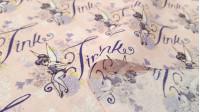 """Tela Algodón Disney Campanilla - Tela de algodón con dibujos de la hadaCampanilla de la clásica película Peter Pan de Disney. Una tela muy bonita en la que Campanilla está sentada encima de flores y aparecen palabras """"Tink"""" sobre un fondo rosa claro."""
