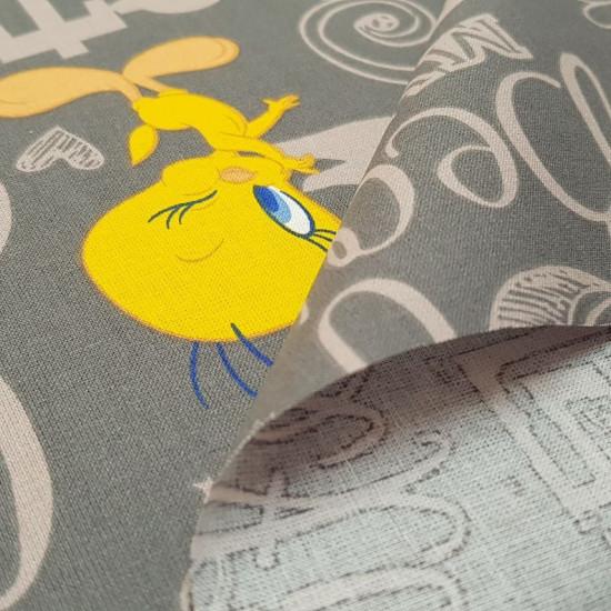 Tela Algodón Looney Tunes Piolín - Tela de algodón con diseño grande de dibujos licencia Warner Bros del personaje Piolín (Tweety) de los Looney Tunes, que va apareciendo en varias poses sobre un fondo de letras de color gris. Tela ideal para todo tipo de