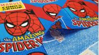 Tela Algodón Marvel Amazing Spiderman - Tela de algodón licencia con dibujos del famoso personaje de cómic Spiderman, sobre un fondo de colores típicos azules y rojos. La tela mide 110cm de ancho y su composición 100% algodón.