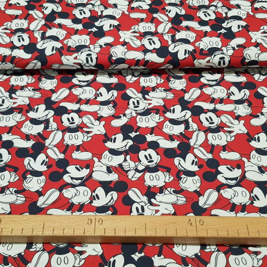 Tela Algodón Disney Mickey Fondo Rojo - Tela de algodón licencia Disney con dibujos del personaje Mickey sobre un fondo de color rojo. La tela mide 150cm de ancho y su composición 100% algodón.