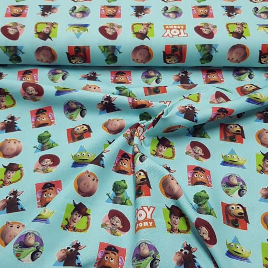 Tela Algodón Disney Toy Story Parches - Tela de algodón licencia Disney donde aparecen los personajes de la película de animación Pixar Toy Story sobre un fondo de color claro. La tela mide 150cm de ancho y su composición 100% algodón.