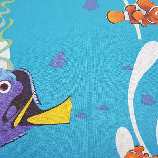 Tela Algodón Disney Buscando a Dory - Tela de algodón licencia Disney decorativa con dibujos grandes de los personajes de la película Buscando a Dory, donde aparecen Nemo, Marlin, Dory y Hunk sobre un fondo azul del oceano. La tela mide 140cm de ancho y