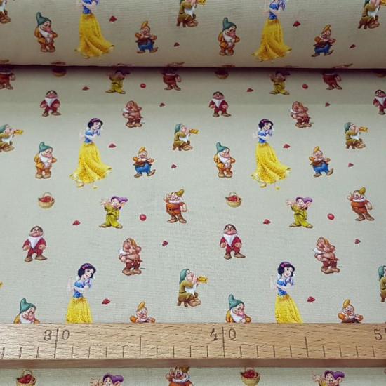 Tela Algodón Disney Blancanieves 7 Enanitos - Tela de algodón licencia donde aparecen los personajes de la película Disney de Blancanieves y los 7 enanitos sobre un fondo claro. La tela mide 140cm de ancho y su composición 100% algodó