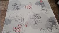 Tela Algodón Disney Mickey Minnie Cometas - Bonita tela de algodón infantil Disney con los personajesMickey y Minnie haciendo volar unas cometas sobre un fondo de color gris. Ideal para decoración infantil como por ejemplo un estor. La tela mide 140cm de