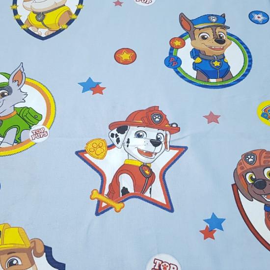 Tela Algodón Patrulla Canina - Tela de algodón con personajes de la serie Patrulla Canina. Aparecen los perritos Chase, Rubble, Marshall, Rocky yZuma sobre un fondo azul claro. También lo adornan estrellas de colores y chapas de Paw Patrol. La te