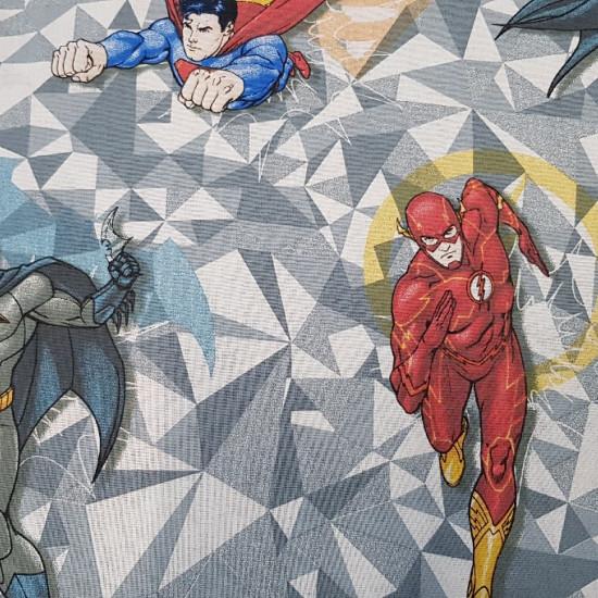 Tela Algodón Superhéroes DC Comics - Tela de algodón con dibujos de los superhéroes de la editorial DC Comics. AparecenSuperman, Batman y Flash sobre un fondo de tonos grises y formas triangulares. Este tejido mide 140cm de ancho y su composición 100%