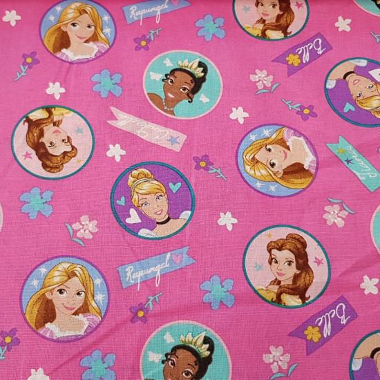 Tela Algodón Disney Princesas - Tela de algodón Disney con dibujos de princesas como Rapuntzel, Bella, Tiana yCenicienta sobre un fondo fucsia con flores. El tejido mide 110cm de ancho y la composición es 100% algodón.