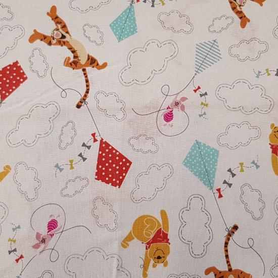 Tela Algodón Disney Winnie Cometas - Tela infantil de algodón Disney con dibujos de Winnie the Pooh, Tigger y Piglet sobre un fondo blanco con cometas de colores y nubes. Una tela ideal para complementos delos más peques de la casa. La composición de l