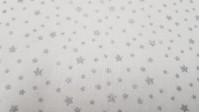 Tela Algodón Estrellas Brillantes - Tela de algodón con dibujos de estrellas brillantes color plata sobre fondo blanco. Esta tela es perfecta para decoraciones de temática navideña, por ejemplo. La tela mide 150cm de ancho y su composición 100% algodón