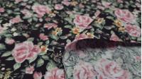 Tela Popelín Flores Campesina Negro - Tela de popelín mezcla poliester y algodón con dibujos florales típico campensina sobre un fondo negro. La tela mide 150cm de ancho y su composición 67% poliester –33% algodón.