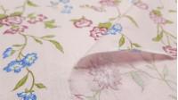 Tela Algodón Fino Flores Mariposa Azul - Tela de algodón fina tipo batista con dibujos de flores y mariposas de color azul sobre un fondo rosa claro. La tela mide 140cm de ancho y su composición 100% algodón.