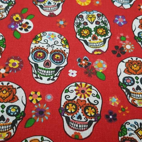Tela Algodón Calaveras Mexicanas Calacas - Tela de algodón estampada con dibujos de calacas o calaveras de muchos colores sobre un fondo de colorrojo con flores. Típicas en la celebración del día de los muertos en México. La tela mide 160cm de ancho y su