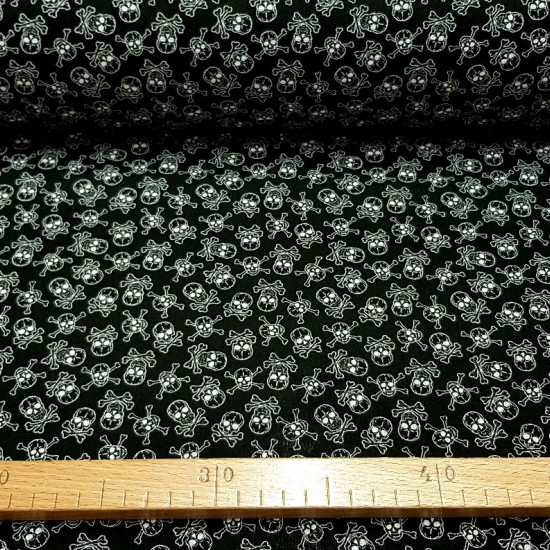 Tela Algodon Calaveras Pirata Allover - Tela de algodón con dibujos de calaveras piratas sobre un fondo negro. La tela mide 150cm de ancho y su composición 100% algodón.