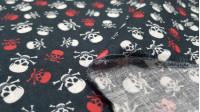 Tela Algodón Calaveritas Rojo Blanco - Tela de algodón con dibujos de calaveras pirata pequeñas de colores blanco y rojo sobre un fondo oscuro. La tela mide 150cm de ancho y su composición 100% algodón.