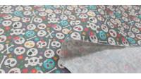 Tela Algodón Mini Calaveras Pirata Gris - Tela de algodón empesa impresión digital con dibujos de calaveras pirata pequeñitas con adornos de flores y huesos sobre un fondo gris. La tela mide 140cm de ancho y su composición 100% algodón.