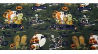 Tela Algodón Halloween Calabazas Motores - Tela de algodón orgánico con dibujos de temática Halloween, donde aparecen esqueletos sobre motos y otros monstruos sobre coches en un decorado de tumbas, calabazas, murciélagos… La tela mide 150cm de ancho y su