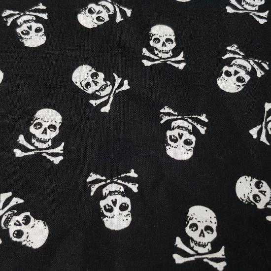 Tela Algodón Calaveras Pirata - Original tela de algodón ideal para temporada de Halloween y temática pirata, ya que tiene dibujos de calaveras piratas blancas sobre fondo negro. La tela es 100% algodón y mide de ancho 150cm.