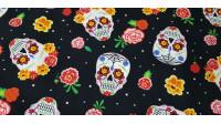 Tela Algodón Calaveras Colores Negro - Bonita tela de algodón con temática Halloween, con dibujos de calaveras mexicanas de colores con flores de colores sobre fondo negro. Son unas calaveras muy vistosas y coloridas! La tela mide 140cm de a