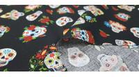 Tela Algodón Calaveras Mexicanas Colores Fondo Negro - Tela de algodón con dibujos de calaverasmexicanas con mucho colorido sobre un fondo negro. La tela mide 140cm de ancho y su composición 100% algodón.
