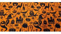 Tela Polycotton Halloween Naranja - Tela fina de poliester y algodón con dibujos de temática halloween donde aparecen sombreros de bruja, esqueletos, calderos, fantasmas, tumbas...sobre un fondo naranja. La tela mide 110cm de ancho y su composición 80