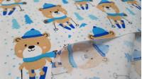Tela Algodón Ositos Esquiando - Tela de algodón con dibujos de ositos con gorros bufanda en tonos azules, esquiando sobre una pista de copos de nieve y avetos en tonos azules. La tela mide 150cm de ancho ysu composición 100% algodón.
