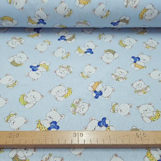 Tela Algodón Ositos Corazones - Tela de algodón infantil con dibujos de ositos con pañales de colores y corazones de color azul, sobre un fondo azul claro.