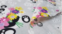 Tela Algodón Ositos Panda Flores - Tela de algodón infantil con dibujos de ositos panda con ramos de flores, sobre un fondo gris con flores grandes blancas.