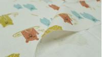 Tela Algodón Osos Felices - Tela de algodón infantil con dibujos de osos comiendo miel, pescando peces…Predominan los colores ocre, verde menta, gris y rojo teja, sobre un fondo de color claro.