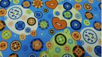 Tela Algodón Botones Coloridos - Tela de algodón con dibujos de botones de diferentes modelos y colores sobre un fondo colorido donde predomina el color azul. La tela mide 135cm de ancho y su composición 100% algodón.