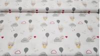Tela Algodón Ositos Conejitos Nubes Gris - Tela de popelín algodón infantil con dibujos de conejitos y ositos con globos grises sobre un fondo blanco con nubes grises sonrientes, lluvia de colores y corazones rojos. La tela mide 150cm de ancho y su compos